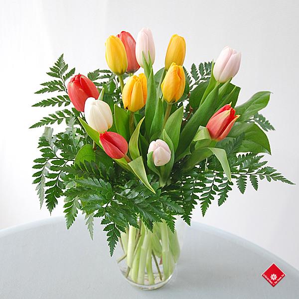 Tulipes de Pâques arrangées dans un vase